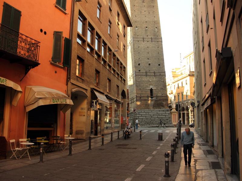 Башни Азинелли и Гаризенда в Болонье